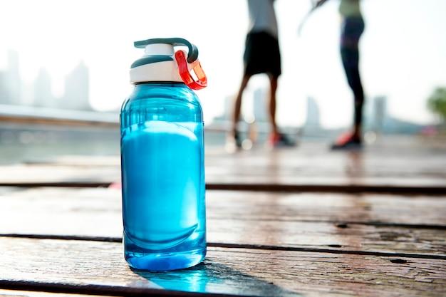 Fles water op plank in een park
