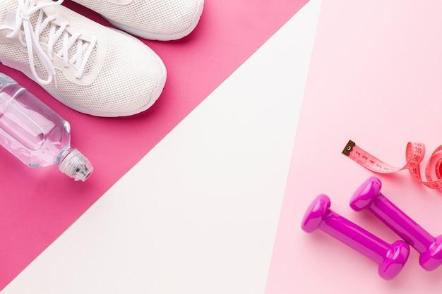 Fles watergewichten en witte sneakers