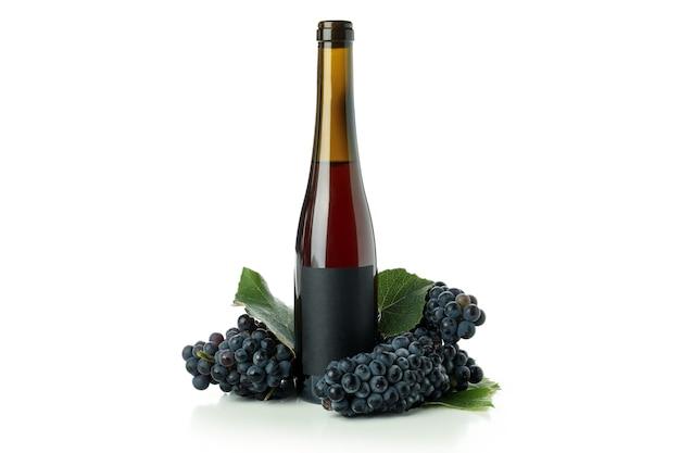 Fles wijn en druif geïsoleerd op witte achtergrond