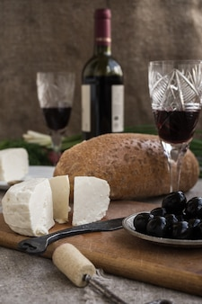 Fles wijn, kaas en wit brood zijn op plundering
