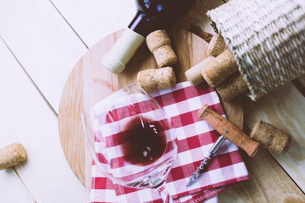 Fles wijn met wijnglas