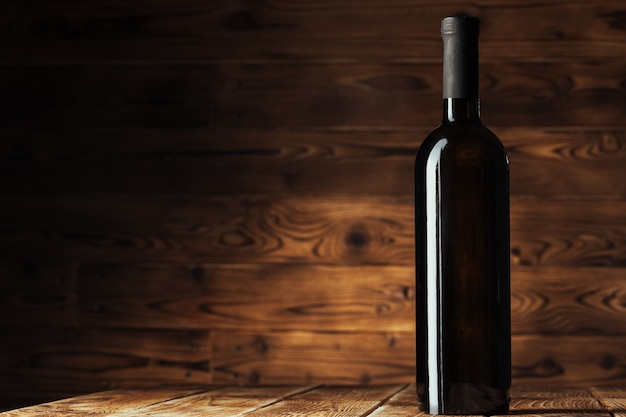 Fles wijn op houten achtergrond
