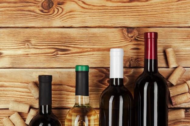 Fles wijn over houten tafel