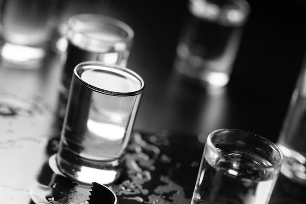 Fles wodka en in een borrelglasclose-up.