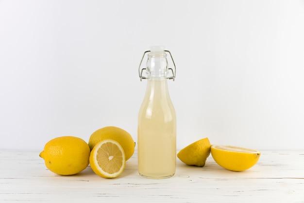 Fles zelfgemaakte limonade op tafel