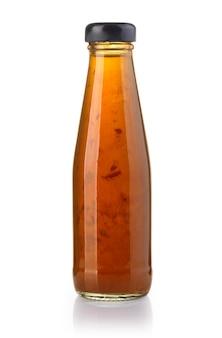 Fles zoete aziatische chili saus geïsoleerd op het wit