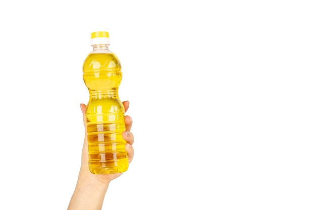 Fles zonnebloemolie in de hand