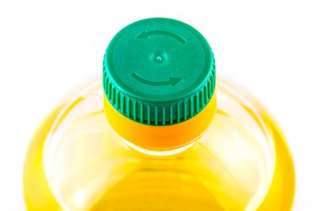 Fles zonnebloemolie op wit wordt geïsoleerd dat