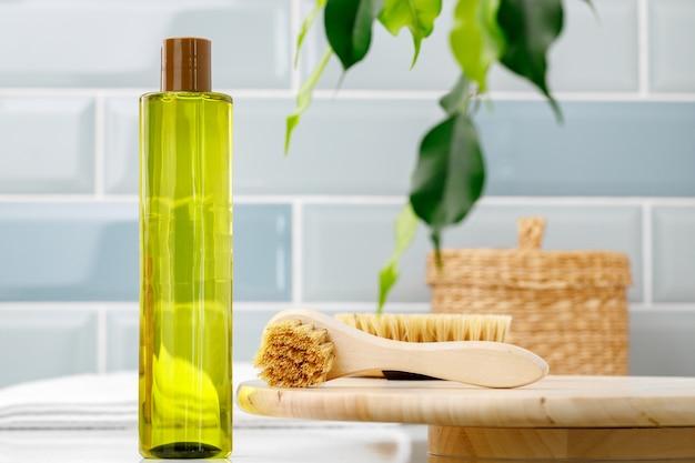 Flesje avocado-olie voor cosmetisch gebruik in de badkamer, vooraanzicht