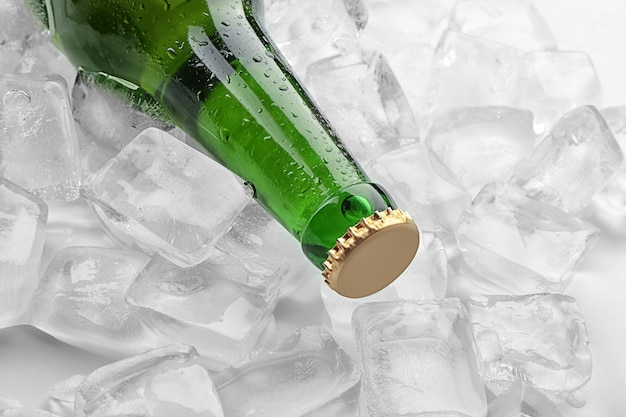 Flesje bier in ijs, close-up