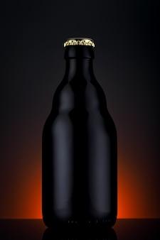 Flesje bier op een zwarte achtergrond met kleurovergang