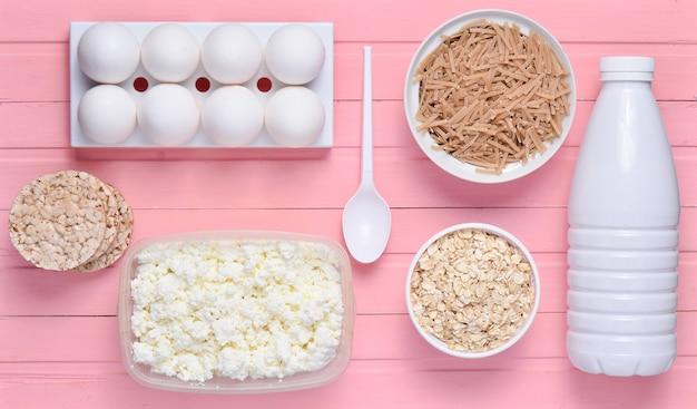 Flesje yoghurt, krokant rond brood, boekweitnoedels, havermout, kwark, eiertray