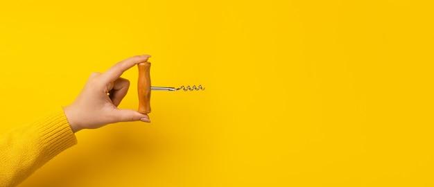 Flesopener over gele ruimte