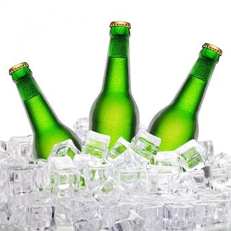 Flessen bier in ijs