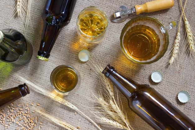 Flessen bier, mok bier en tarwe bij het ontslaan