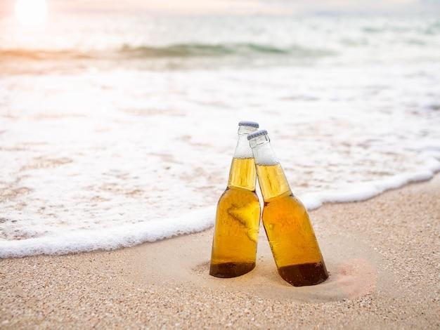 Flessen bier op het strand