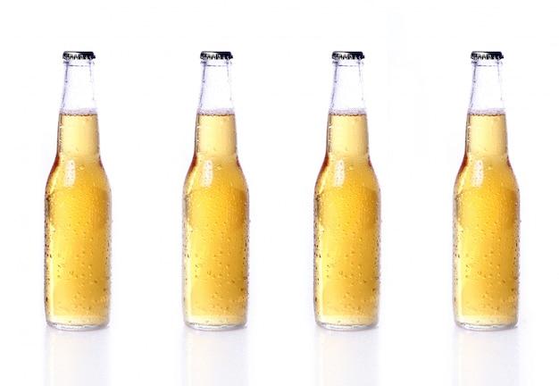 Flessen bier op wit wordt geïsoleerd dat