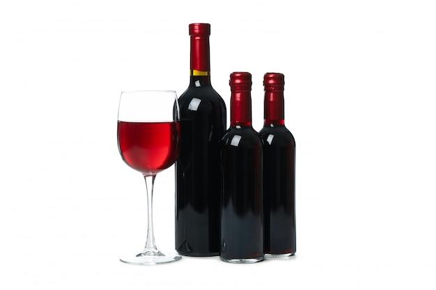 Flessen en glas wijn op witte achtergrond wordt geïsoleerd die