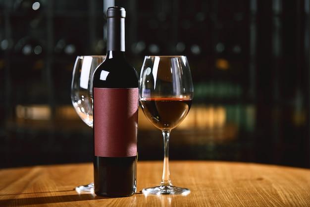 Flessen en glazen met wijn op tafel wijn drinken cultuur concept