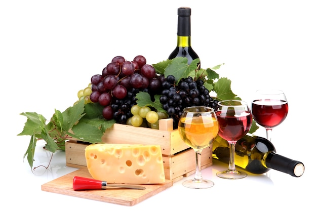 Flessen en glazen wijn, assortiment van druiven en kaas op wit wordt geïsoleerd
