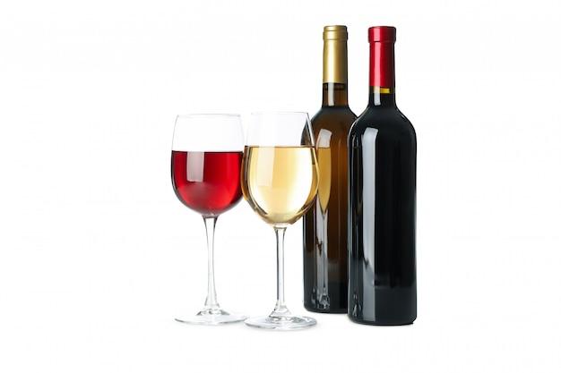 Flessen en glazen wijn die op witte achtergrond wordt geïsoleerd