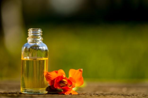 Flessen etherische olie met gedroogde en verse kruiden en wierookhars