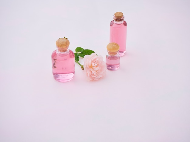 Flessen etherische rozenolie