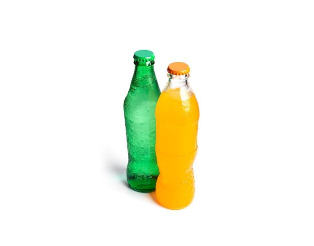 Flessen frisdrank geïsoleerd op wit. drie veelkleurige frisdrankflessen.