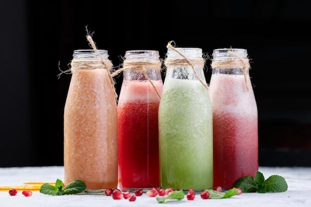Flessen gezonde verse groenten en fruit smoothie