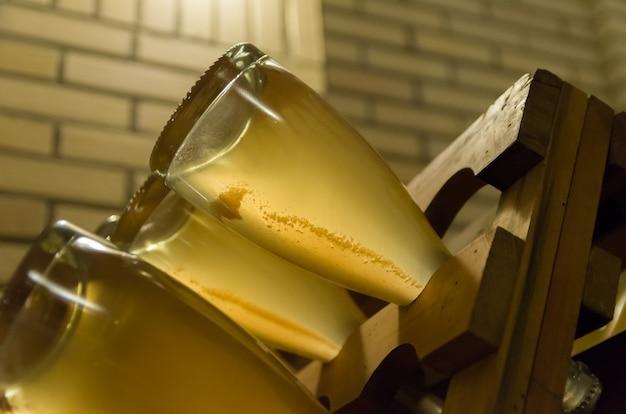 Flessen in de pupitres zodat de gisten zich kunnen ophopen in de hals van de fles