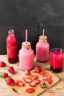 Flessen met aardbeien smoothie