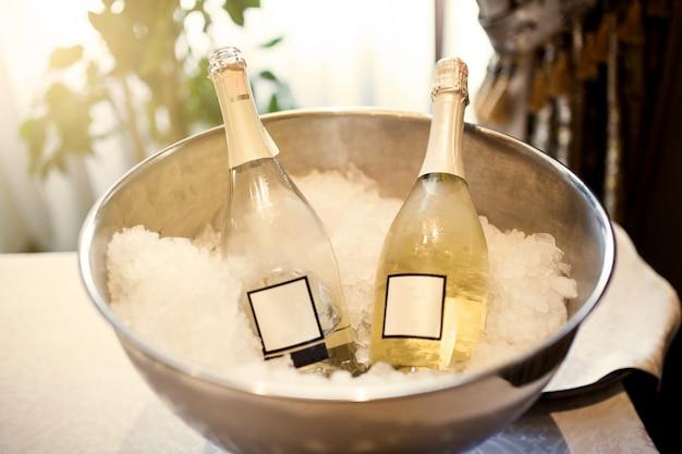 Flessen met champagne in ijs