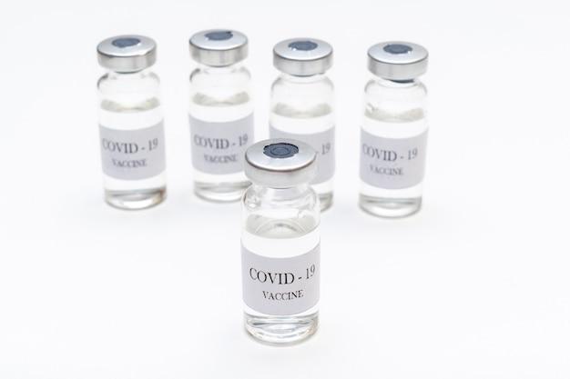 Flessen met coronavirusvaccin ontwikkeld ter bescherming tegen covid-19 close-up ziekte voorkomen met vaccinatie-injectiebehandeling.