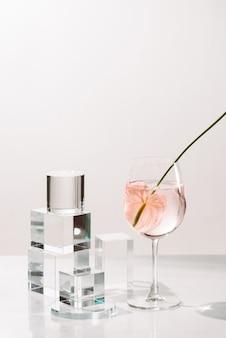 Flessen met etherische aroma-olie op witte achtergrond. gezonde huidverzorging. plaats voor tekst