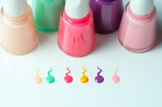 Flessen met gemorste nagellak