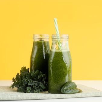 Flessen met groene smoothieregeling