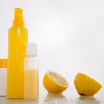 Flessen met huidverzorgingsproducten in de buurt van citroen