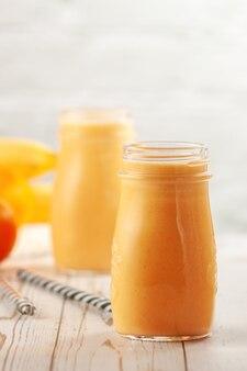 Flessen met mandarijn en banaan smoothie