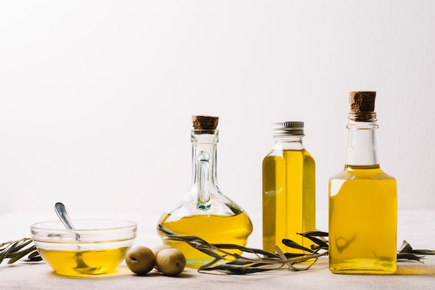 Flessen met olijfolie en kopie-ruimte