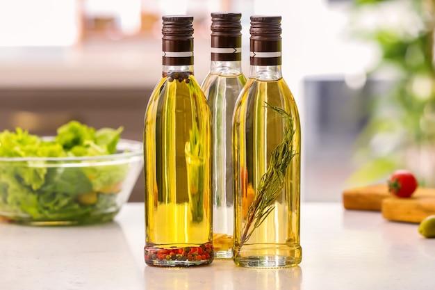 Flessen met olijfolie op tafel