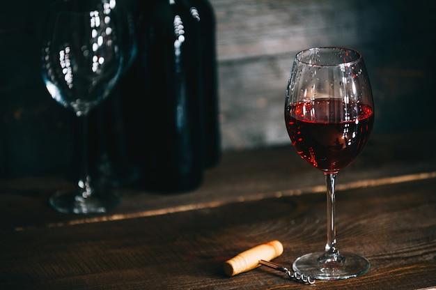 Flessen met rode wijn en wijnglazen op een houten oppervlak