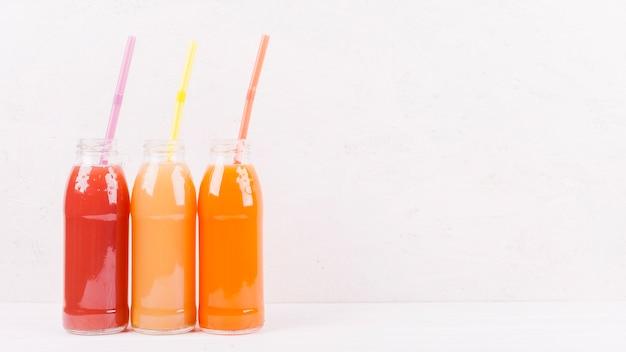 Flessen met veelkleurige sap