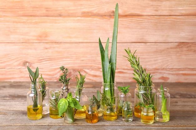 Flessen met verschillende etherische oliën op houten tafel