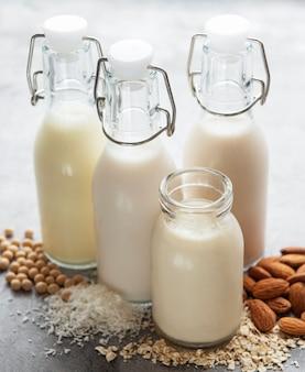 Flessen met verschillende plantaardige melksoja-, amandel- en havermelk.