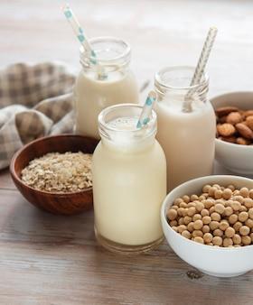 Flessen met verschillende plantaardige melksoja