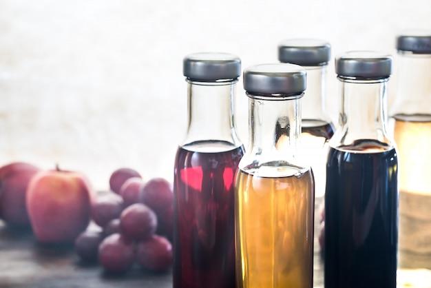 Flessen met verschillende soorten azijn