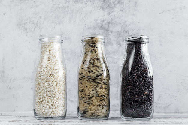 Flessen met verschillende soorten rijst