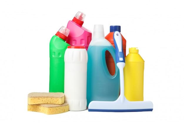 Flessen met wasmiddel en schoonmakende levering die op wit wordt geïsoleerd