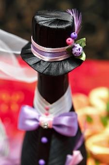 Flessen met wijn op een bruiloftstafel