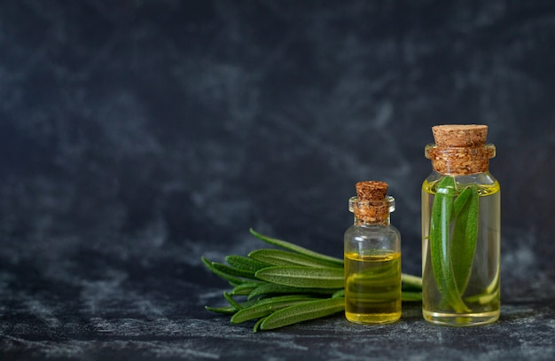 Flessen natuurlijke essentiële olie van rozemarijn voor schoonheid, spa en huidverzorging
